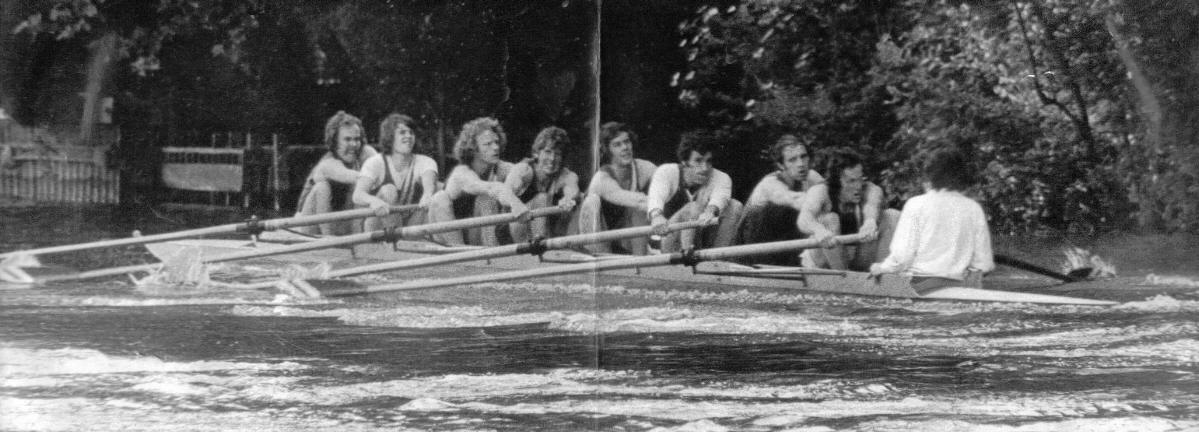 The crew racing up Temple Island - click for enlarged view