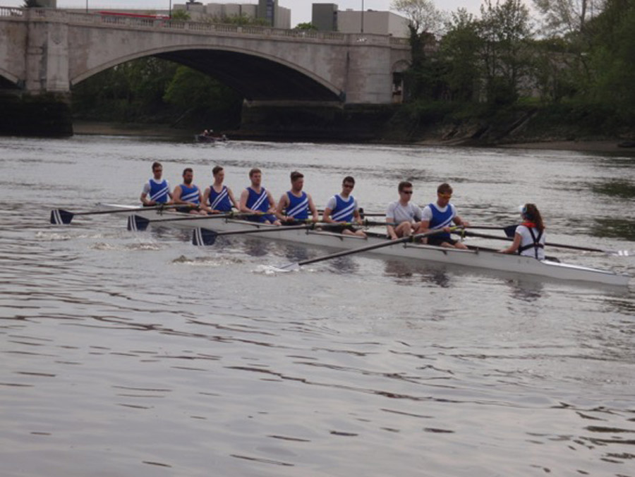 Novice VIII paddling to the start
